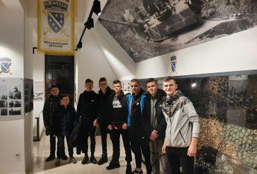 """Članovi Mreže mladih Šehidske džamije Sokolje posjetili """"Dom oslobodilaca"""" na brdu Žuč"""