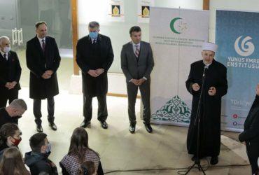 """Dani o Allahovom Poslaniku: Muftija sarajevski u Brusa bezistanu otvorio izložbu """"Biti ruža"""" – Gule Donmek"""